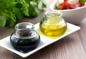 balsamic-vinegar-and-olive-oil-in-two-glasses-